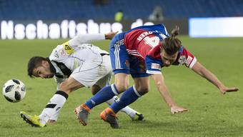 Luganos Jonathan Sabbatini im Kampf um den Ball gegen Basels Valentin Stocker.