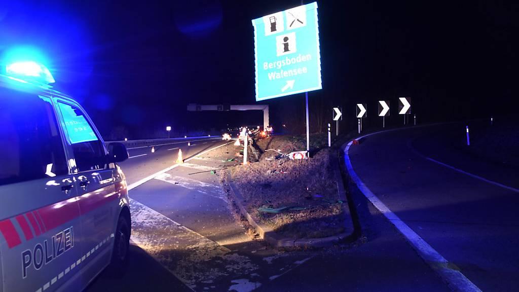 Betrunkene mäht Autobahneinrichtungen nieder