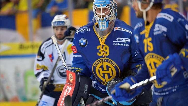 Musste schon mehrmals hinter sich greifen: Der ausländische Torhüter Anders Lindbäck im Einsatz für den HC Davos.Keystone