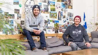 Auf dem Waisa-Areal in Lenzburg ist Nikin heute daheim. Von dort aus haben sie den Schweizer Markt im Sturm erobert, als nächstes nehmen die Gründer Nicholas Hänny (links) und Robin Gnehm den deutschen Markt ins Visier.