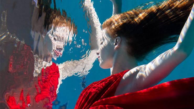Eines der verblüffenden Unterwasserporträts des Fotografen Simon Kneubühl, das derzeit im Künstlerhaus an der Schmiedengasse ausgestellt ist.