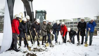 Der gefrorene Boden war schwer anzustechen: Jolanda Urech (5. von links) und das Spaten-Team.chris iseli
