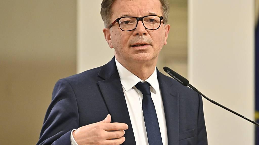 Rudolf Anschober (Grüne), Gesundheitsminister in Österreich, spricht  auf einer Pressekonferenz. Foto: Hans Punz/APA/dpa