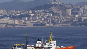 """Das Rettungsschiff """"Aquarius"""" der Hilfsorganisationen SOS Méditerranée darf in Malta anlegen. Es hatte am Freitag 141 Menschen aus Booten gerettet und wartete seither die Zuweisung auf einen Hafen. (Archivbild)"""