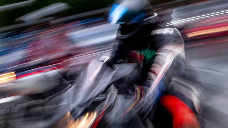 Beim Sturz verletzte sich der Motorradlenker und musste mit der Sanität in ein Spital gebracht werden. (Symbolbild)