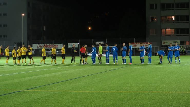Der FC Pratteln (gelb) und er der FC Frenkendorf (blau), die begrüssen sich gegenseitig und stellen sich dem Publikum vor.