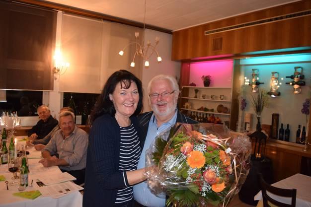Vizepräsident Hans Beyeler überreicht der Dirigentin einen Blumenstrauss als Anerkennung für ihre wertvolle Arbeit