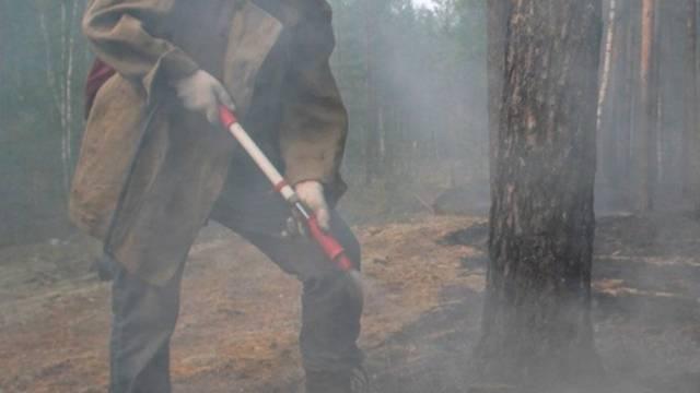 Helferin in Russland kämpft gegen das Feuer