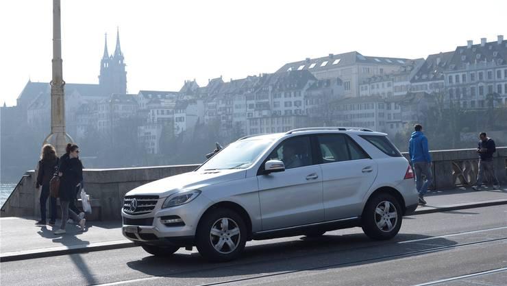 Nichts autofrei: Die Mittlere Brücke – wie die ganze Basler Innenstadt – ist gestern nicht wie geplant verkehrsberuhigt worden.