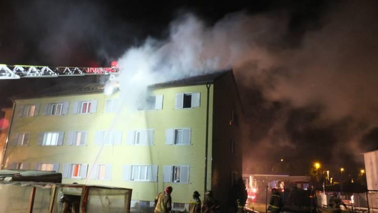 Die Feuerwehr brachte den Brand in der Asylunterkunft in Rapperswil-Jona rasch unter Kontrolle. Die Bewohner konnte das Haus unverletzt verlassen.
