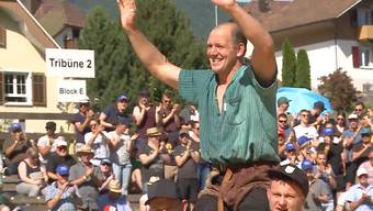 Das Kantonalschwingfest gewinnt Bruno Gisler. Dies ist sein 11. Sieg.