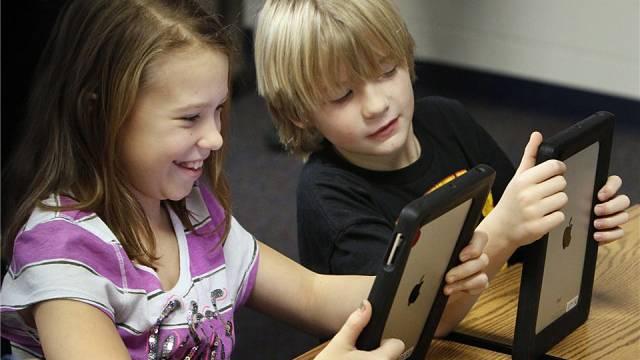Der iPad als Schulbuch, Heft und Tafel: Schüler während des Unterrichts mit dem Tablet-PC von Apple.Foto: Paul Tople - Keystone