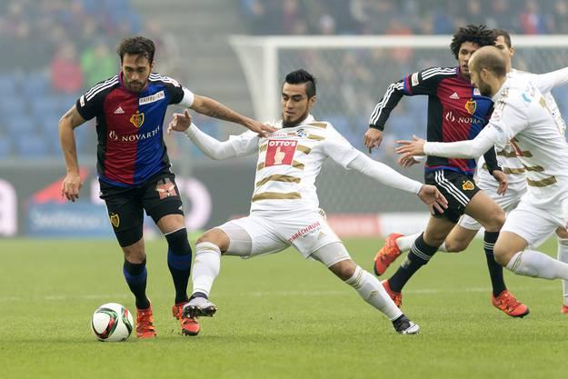 Basels Matias Delgado (links) versucht, am Luzerner Dario Lezcano vorbeizuziehen.