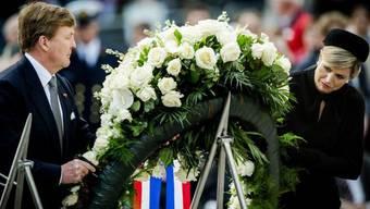 Willem-Alexander und seine Frau Máxima legen Kranz nieder