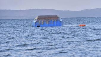 Weitere Tote im Rumpf befürchtet: die Unglücksfähre schwimmt nach dem Unfall kopfüber im Victoriasee in Tansania.