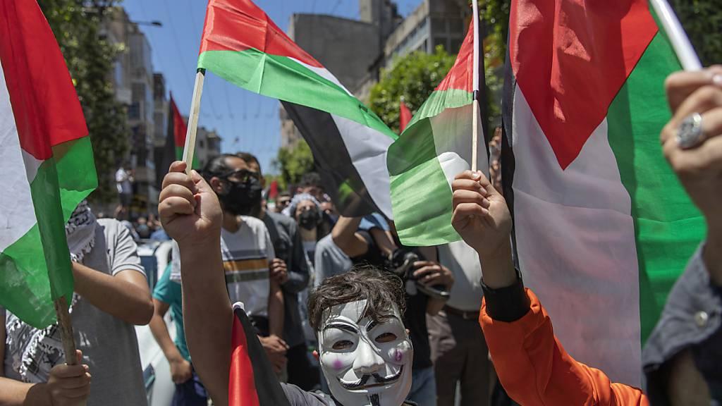 dpatopbilder - Palästinensische Protestanten bei einer Demonstration in Ramallah. Foto: Nasser Nasser/AP/dpa