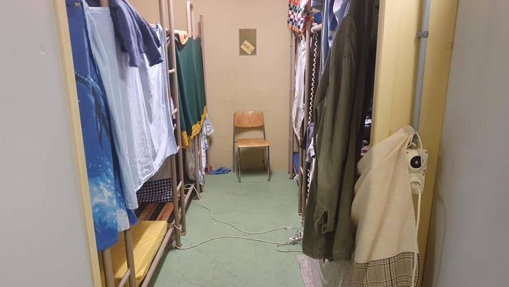 Mehrere abgewiesene Asylsuchende teilen sich im Rückkehrzentrum Urdorf ein Schlafzimmer.
