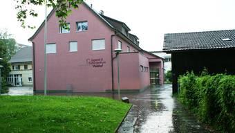 Auf dem Areal des Kulturzentrums Violahof soll der alte Pfadischuppen (rechts) abgerissen werden