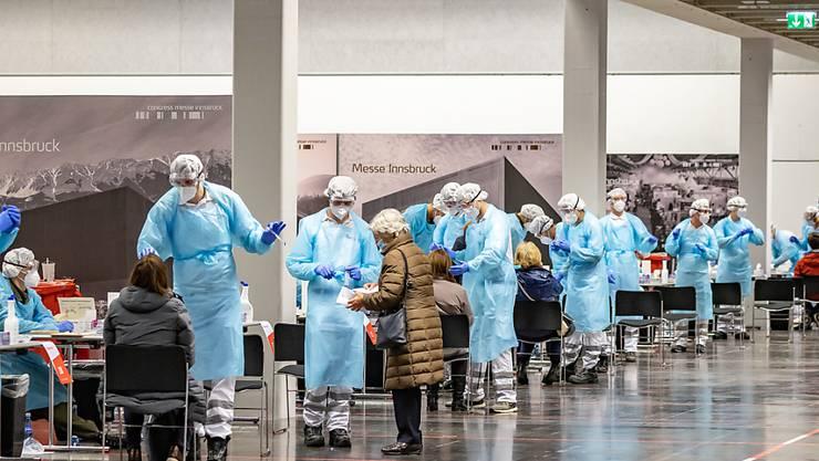 dpatopbilder - Menschen lassen sich am ersten Tag von Corona-Massentests in Österreich an einer Teststation in der Innsbrucker Messe auf das Coronavirus testen. Foto: Expa/Johann Groder/APA/dpa
