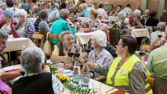 Die Damen und Herren über 75 genossen den von der Stadt offerierten Tropfen und das Mittagessen im Theatersaal des Parktheaters.