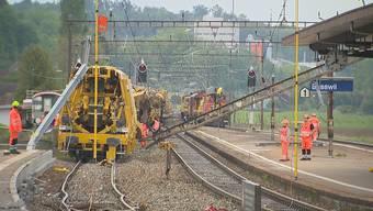 In Busswil BE, zwischen Biel und Lyss, ist am Samstagnachmittag ein Bauzug entgleist. Mehrere Bahnstrecken sind bis voraussichtlich Montagmorgen unterbrochen. Der Schaden ist erheblich.