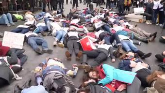 Rund 500 Aktivisten der Klimabewegung Extinction Rebellion haben am Samstagmorgen eine zentrale Strasse in Lausanne blockiert.