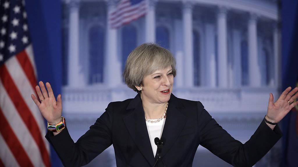 Britische Premierministerin Theresa May fordert USA in Philadelphia zur Kooperation auf.