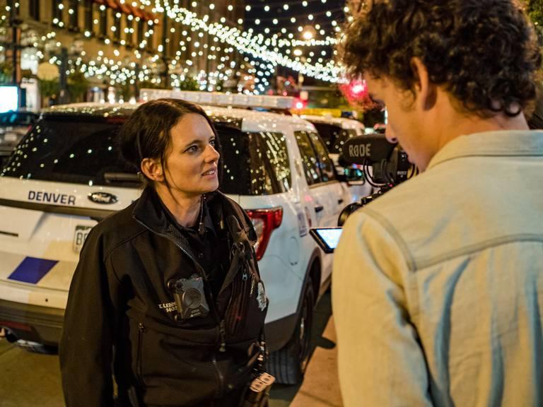 Tamara Lenherr gibt ein Interview - im Hintergrund steht ihr Einsatzwagen.