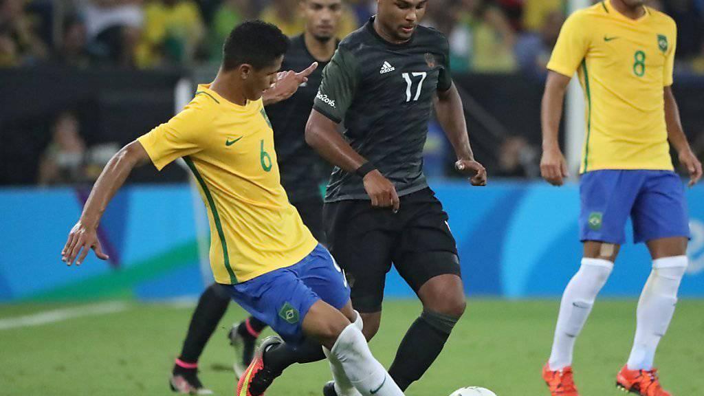 Douglas Santos (6) während des Olympia-Finals im Duell mit dem Deutschen Serge Gnabry