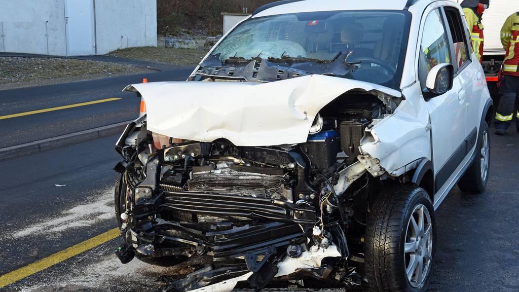 Autos fahren frontal ineinander ++ Zwei Männer verletzt