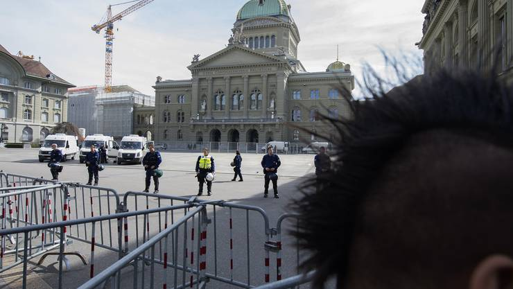 An neuralgischen Punkten in der Innenstadt postieren sich Polizisten in Vollmontur und mit Einsatzfahrzeugen, der Bundesplatz ist abgesperrt.