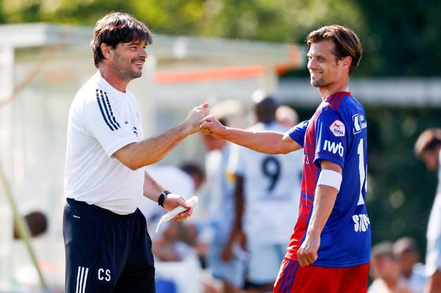 Valentin Stocker lächelt beim Abfausten mit Trainer Ciriaco Sforza. Aus Luzern ist allerdings zu hören, dass der Captain den Verein gerne verlassen würde.