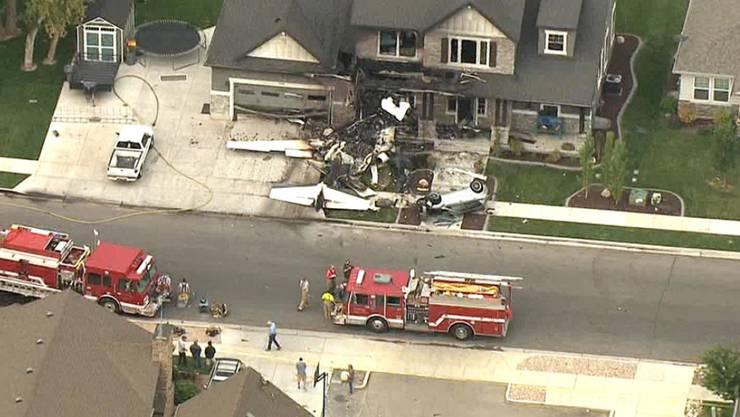 Ein 47-jähriger Mann ist mit einem Sportflugzeug in sein eigenes Haus geflogen und dabei ums Leben gekommen.