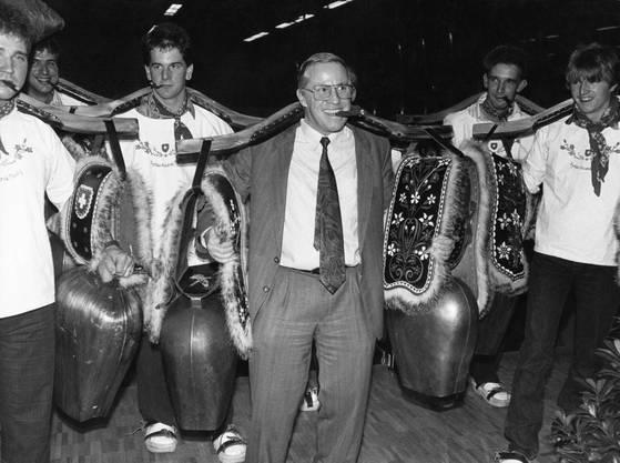 Nationalrat Christoph Blocher läutet - mit Zigarre im Mund - am 30. November 1992 in Bütschwil (SG) den Endspurt zur EWR-Abstimmung ein.