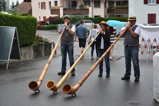 Impressionen vom dritten Gassefäscht in Villigen:Alphornspieler begleiteten den Markt am Gassefäscht musikalisch.