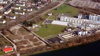Roche hat auf der Kesslergrube ihren Perimeter (links) bereits gerodet und beginnt noch in diesem Jahr mit dem Aushub. Das BASF-Projekt, das Gift unter ihrem Teil (rechts) unterirdisch abzukapseln, ist dagegen noch umstritten.