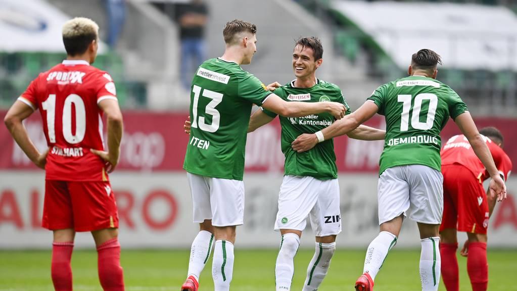 Die St.Galler Cedric Itten, Jordi Quintilla und Ermedin Demirovic, von links, bejubeln Quintilla's Tor zum 3-0.