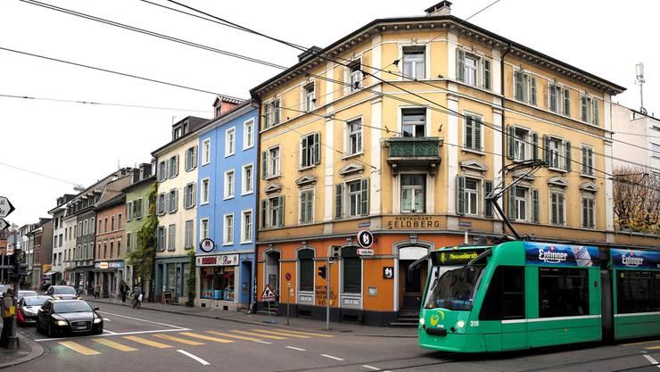 Das 8er-Tram auf der Klybeckstrasse. Es kreuzt gerade die Kleinbasler Feldbergstrasse, in der sich etliche Design-Läden befinden.
