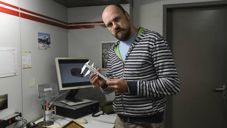 Sieht nur aus wie ein Büro: Daniel Wetzel in einem der 20 Räume des «Situation Rooms»-Bühnenbilds.