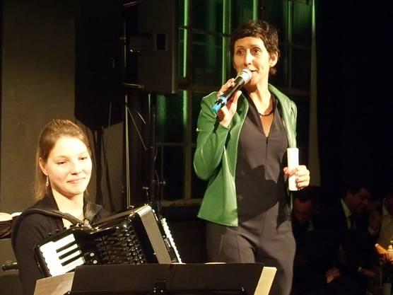 Moderatorin Monika Schärer und Akkordeonistin Ina Callejas.