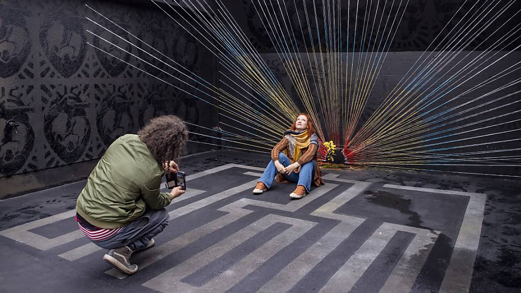 Das Künstlerduo Vero und Marco Schmid alias QueenKong stellt das Werk «Grow 2020» im ehemaligen Gefängnis Willisau aus.