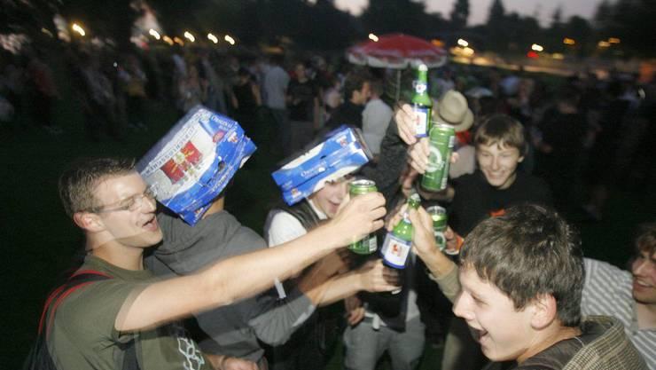 An Festen und Events wurde Jugendlichen bei Testkäufen häufig Alkohol ausgeschenkt, obwohl sie das nötige Alter noch nicht erreicht hatten. (Symbolbild).