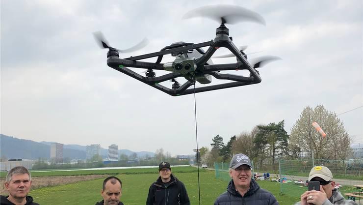 An der Leine: Die mit Strom versorgte Drohne kann lange in der Luft verbleiben.