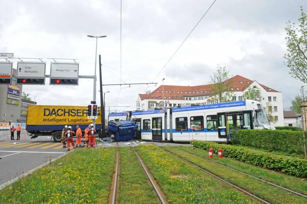 Lastwagen kollidiert mit Glattalbahn.