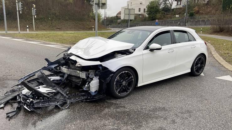 Aarau, 26. November: An der Kreuzung Distelberg hat eine Fahrerin ein Rotlicht missachtet und grossen Schaden verursacht.