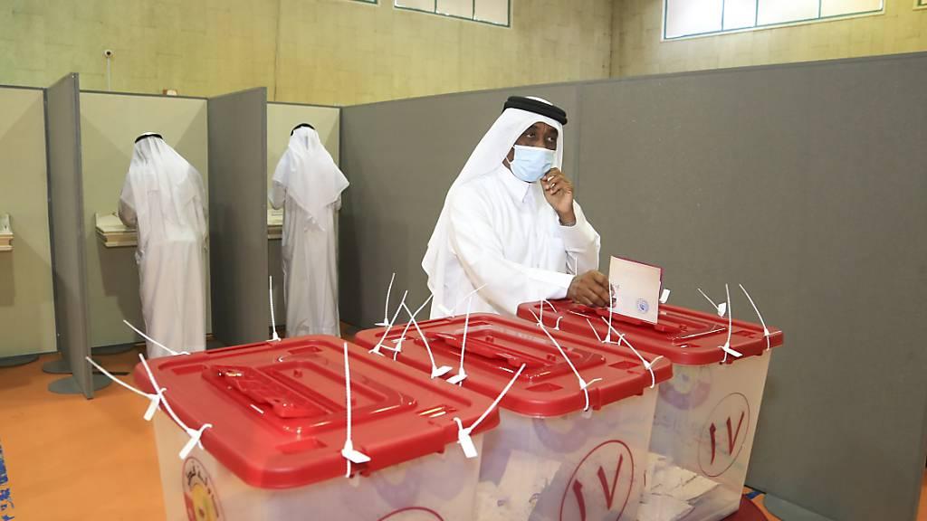 Ein Mann wirft in Doha seinen Stimmzettel in eine Wahlurne bei den Parlamentswahlen. Foto: Hussein Sayed/AP/dpa