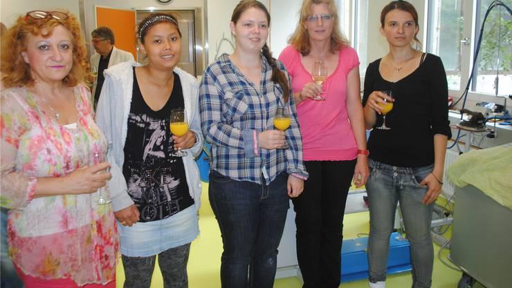 Sie sorgen für den nötigen Betrieb in der neuen Wäscherei (von links): Camilla Pazos, Rotjarin Saiyakul, Annik Flückiger, SibylleHostettler (Leitung) und Rezarta Kurtaj.