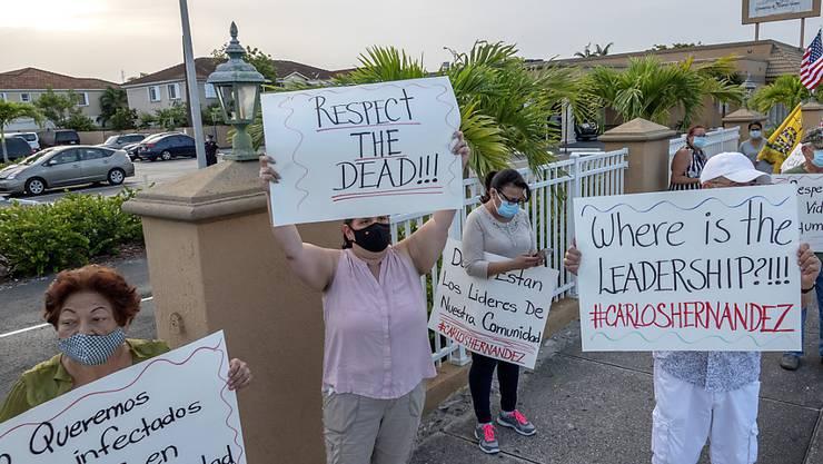 In den USA sind inzwischen mehr als 150 000 Menschen nach einer Infektion mit dem Coronavirus gestorben. Protestierende Einwohnerinnen in Florida.