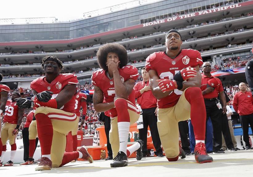 Colin Kaepernick (Mitte) protestiert im Oktober 2016. (Keystone/Archiv)
