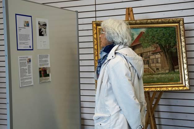 Von allen Künstlern haben die Organisatorinnen ein Kurzportrait erstellt, das von den Besucherinnen und Besuchern interessiert gelesen wird.